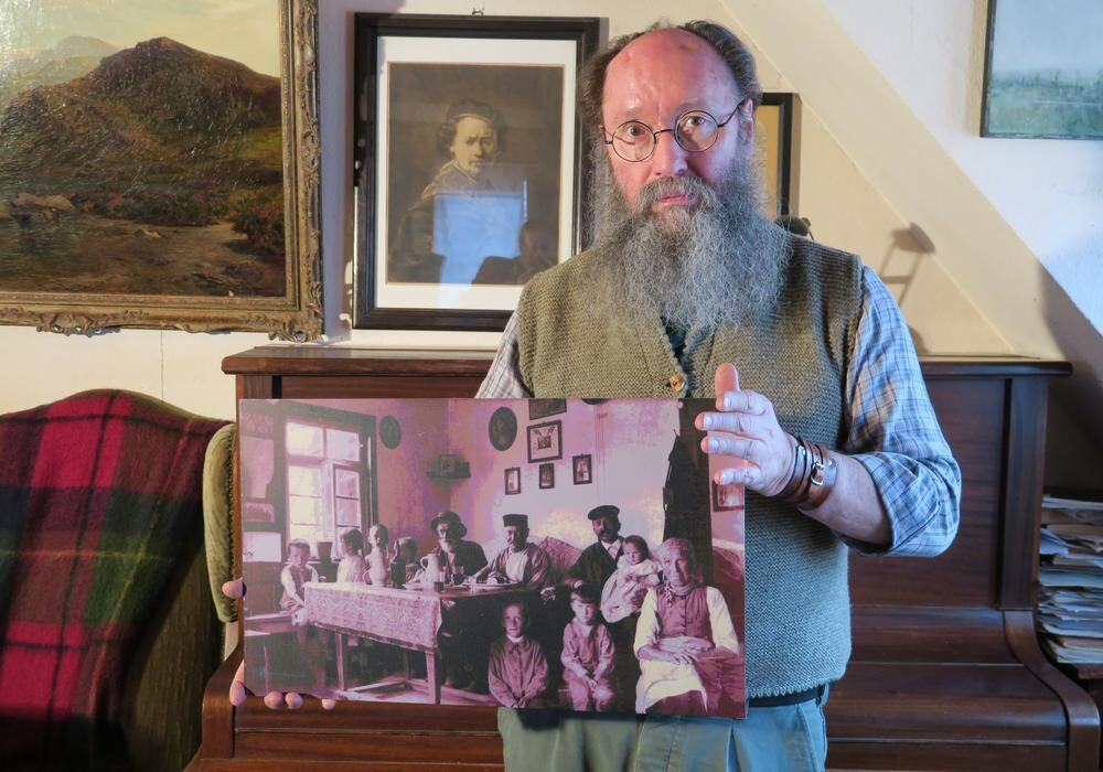 ... Wurzeln In Der Vergangenheit: Das Bild Zeigt Ihn Mit Einer Von Ihm  überarbeiteten Historischen Fotografie Einer Familie In Der Wohnstube In Seinem  Haus ...
