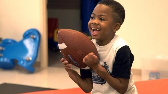 Zion Harvey spielt nach der Operation mit einem American Football. Foto: Children's Hospital of Philadelphia