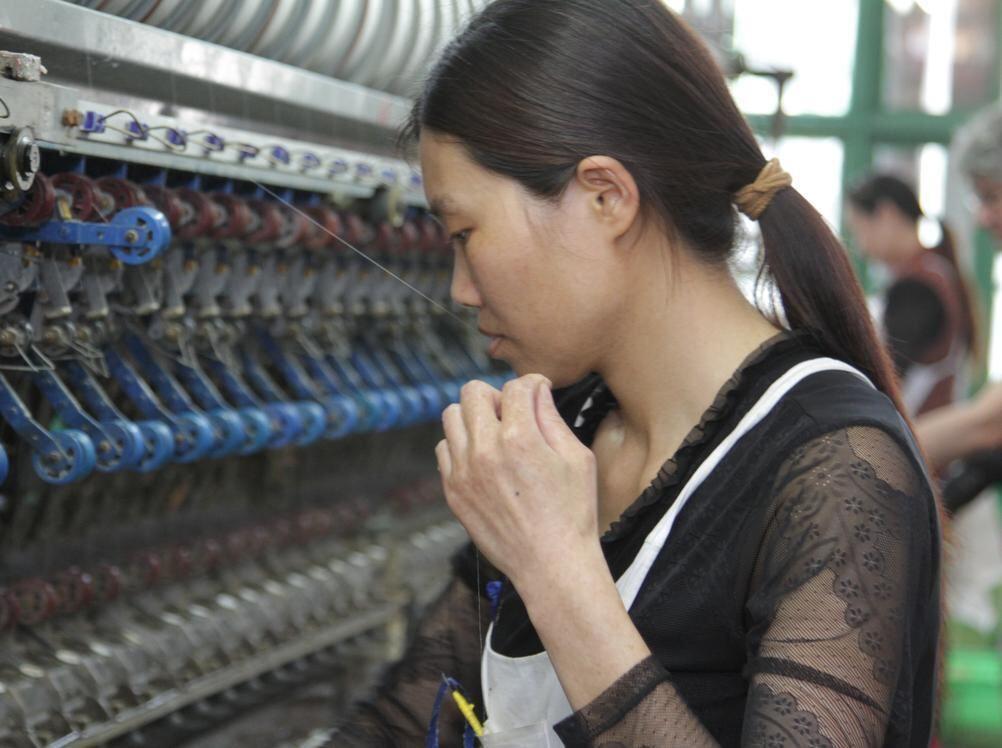 699675c88a Die Tübinger Gerhard Rösch GmbH produziert in China Nachtwäsche aus Seide,  nach höchsten ökologischen und sozialen Standards. Foto: Andreas Fink