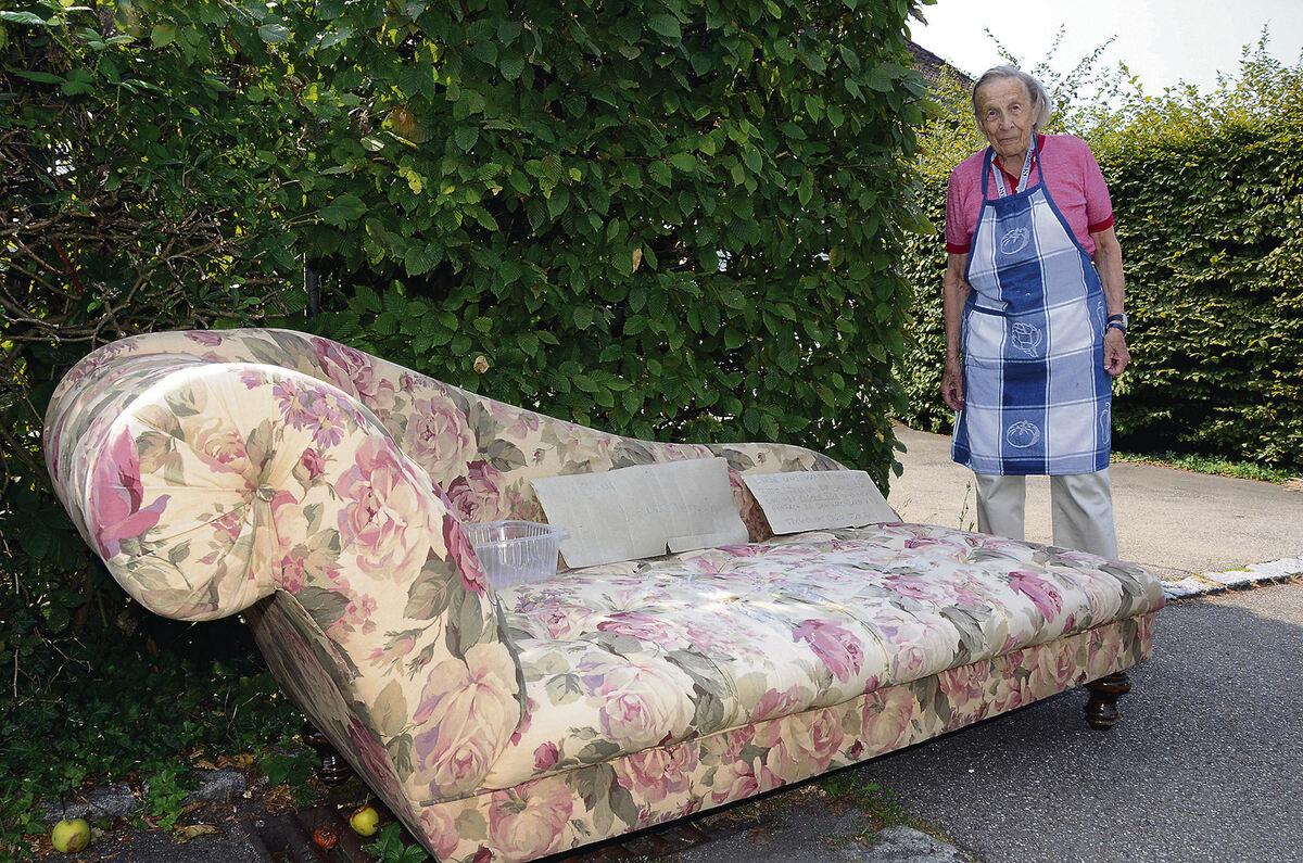 sofa vor dem haus wenn verschenken ordnungswidrig wird. Black Bedroom Furniture Sets. Home Design Ideas