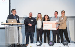 Das Gewinner-Team der diesjährigen Med-Tech Startup School: »Back in the Game« mit (von links) Professor Christian Plewnia, Jona