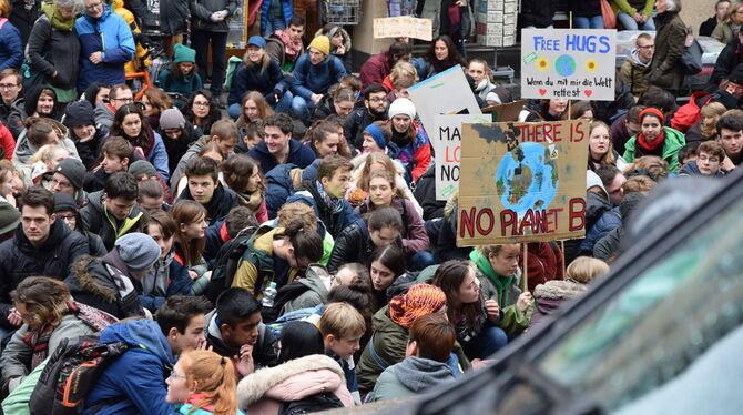 Fridays For Future Detail: 2.500 Schüler Demonstrieren In Tübingen Für Den
