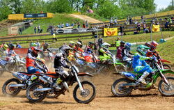 Eng und staubig: Der Start beim 57. internationalen ADAC Motocross in Reutlingen. FOTO: NIETHAMMER