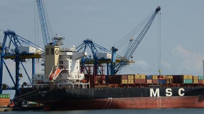Containerschiff bei Accra