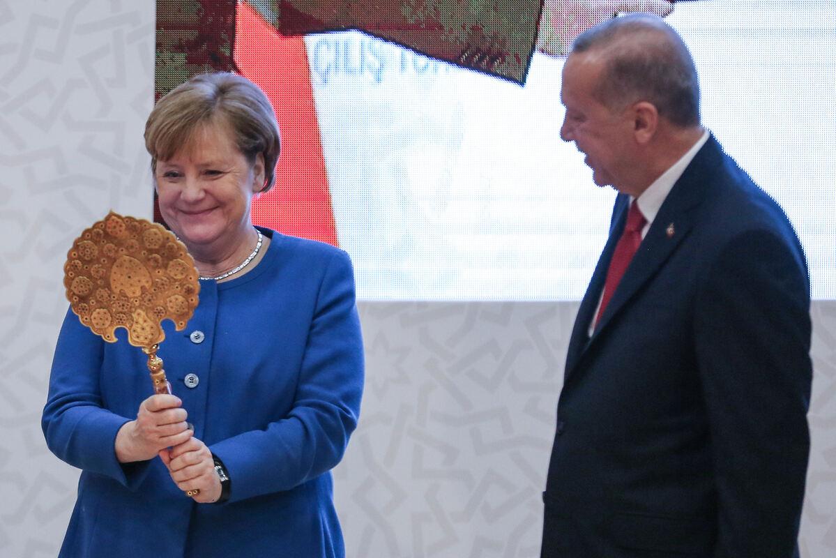 Dieses Geschenk von Erdogan bringt Merkel zum Strahlen -  Politik-Nachrichten - Reutlinger General-Anzeiger - gea.de