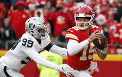 Kansas-City-Quarterback Patrick Mahomes (rechts) in Aktion gegen Oakland Raiders  Arden Key.