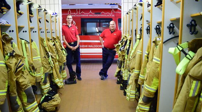 Jonas Gonser (links) und Philipp Rein bilden das Team Öffentlichkeitsarbeit bei der Feuerwehr Walddorfhäslach. Sie freuen sich a