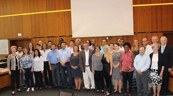 Der Integrationsrat hat die Arbeit aufgenommen. Links Oberbürgermeisterin Barbara Bosch, rechts Bürgermeister Robert Hahn. FOTO: